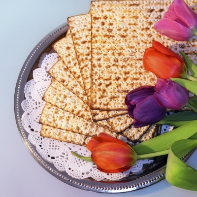 plate of matzah with colorful tulips